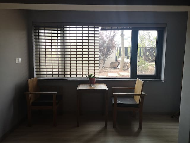家庭房:该房间拥有两张床,一大一小,若带孩子一家人入住可充分利用双床。窗外景色靓丽,木制桌椅增添闲趣