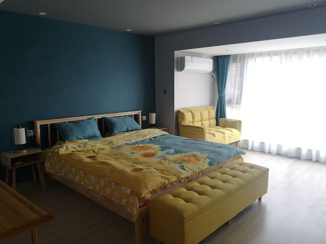 绿色房间:该房间以孔雀绿为主,配有黄色挺亮。空间大,简洁明了。