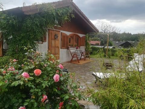 Romantisches Gartenhäuschen mit Kamin