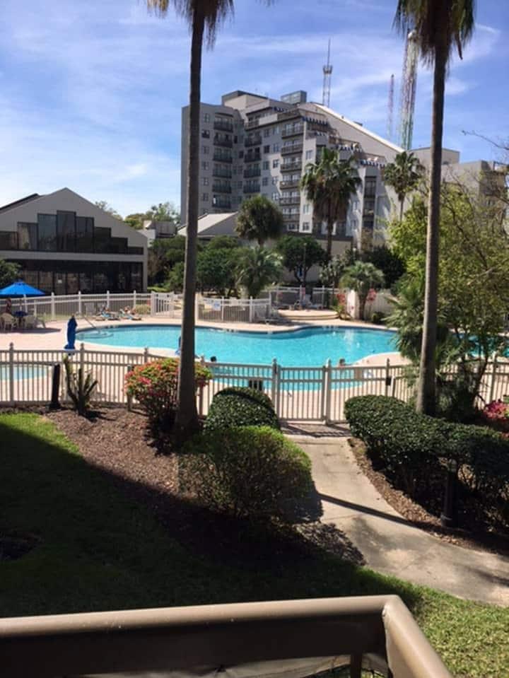 Near Universal-Studio-1 queen-Pool View-sleep 4