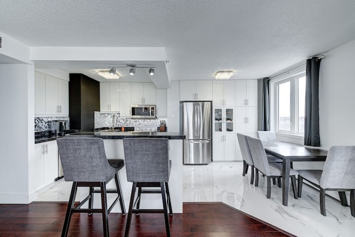 GORGEOUS 18th-floor 2 Bed Downtown Condo