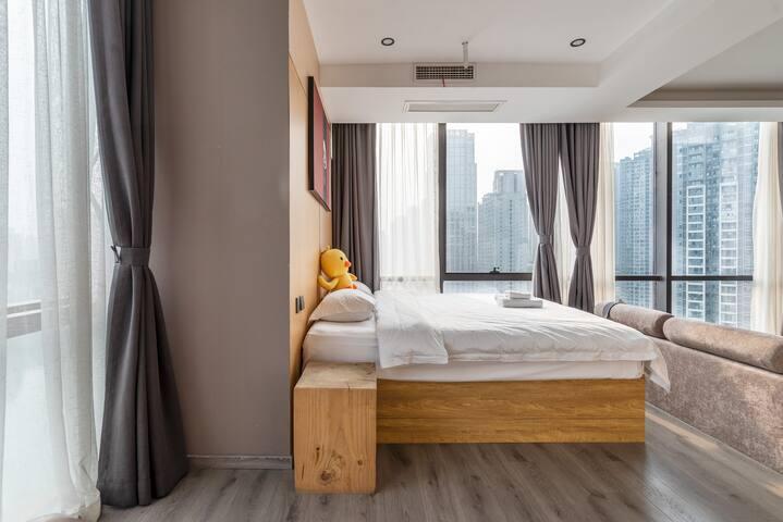 独特设计感的超大落地窗户型欣赏高层江景。