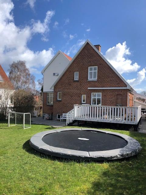 Bynær Villa med solrig have og plads til familien