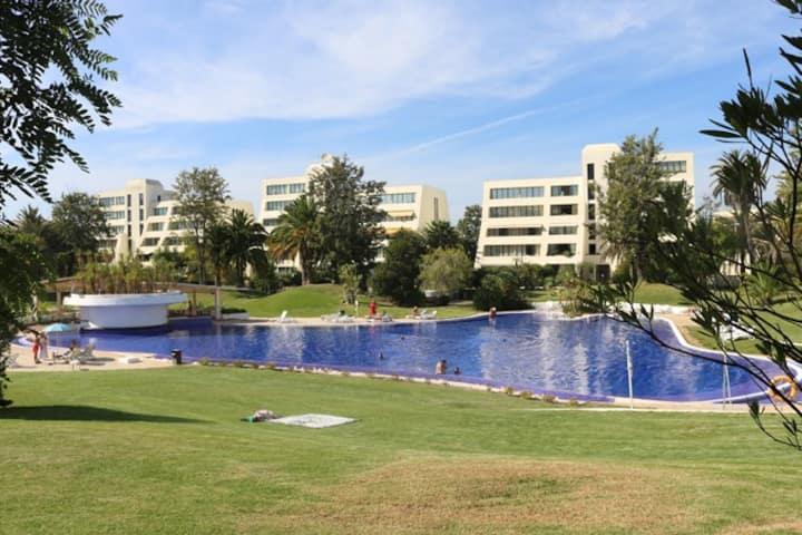 Acolhedor apartamento com piscina e A/C.