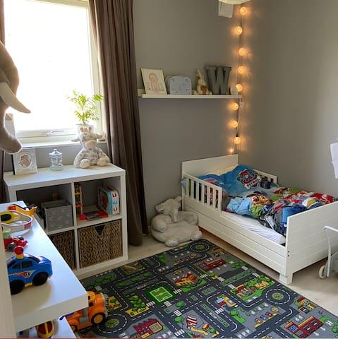 Ett av barnrummen. Här inne finns plats för en extra golvmadrass eller en tältsäng.