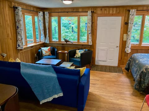 Cozy Studio w/a deck and stream tucked in the Mtns