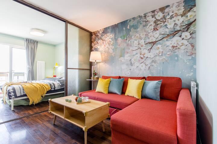 高楼层户型,通透开间,采光及视野都很好,宜家风装饰,简洁舒适。