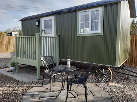 En-suit Shepherd Hut with kitchen in quiet area.A