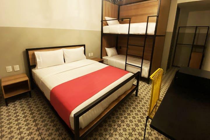 Una de nuestras habitaciones privadas que cuentan con litera y cama queen ideal hasta para cuatro personas