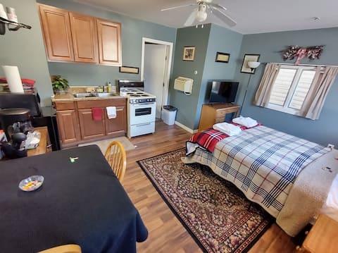 #04 Riverfront Cottage Kitchenette Suite
