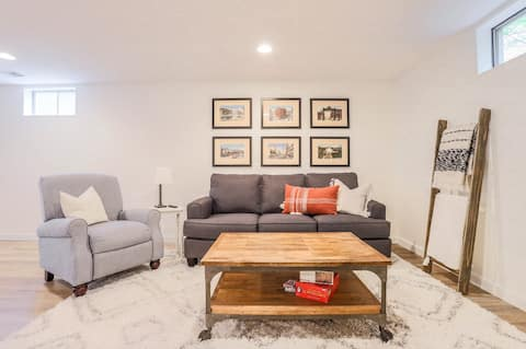 Bright and Cheery, Private Basement Apartment