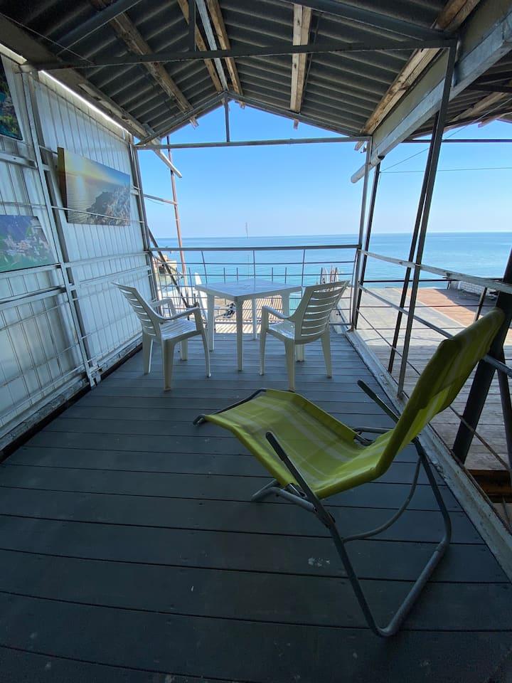 Дом на берегу с террасой и волшебным видом на море