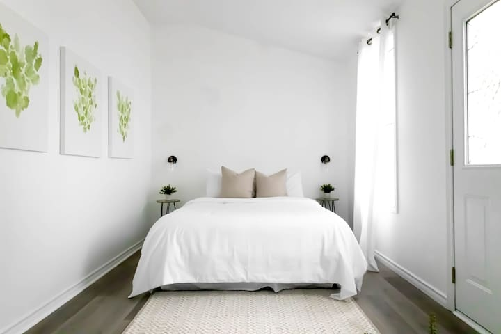 Erie Room - Queen Size Bed with Private Balcony and Seating Area