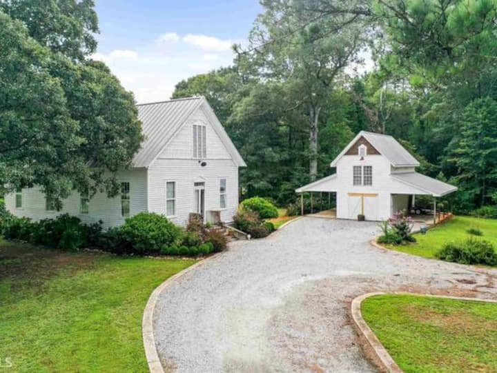 Charming getaway in country movie district!