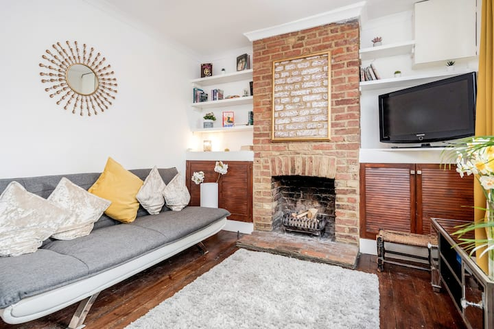 ★ LUXURY 2 BEDROOM TOWN HOUSE ★ COSY + PARKING