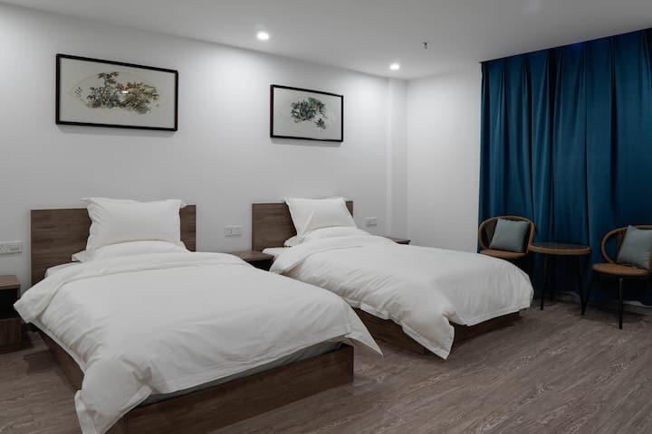 【弄画】高铁火车站旁简约舒适双床房