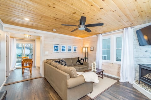 Cozy Cottage located steps from Lake Huron