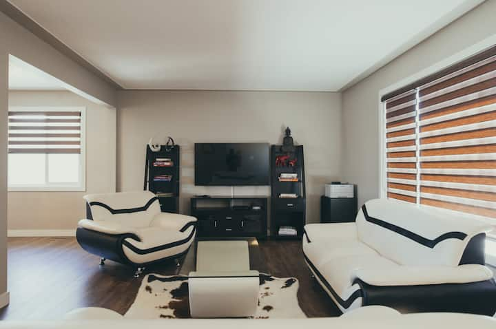 Modern Home with Comfy Theatre Room -Close to Mall
