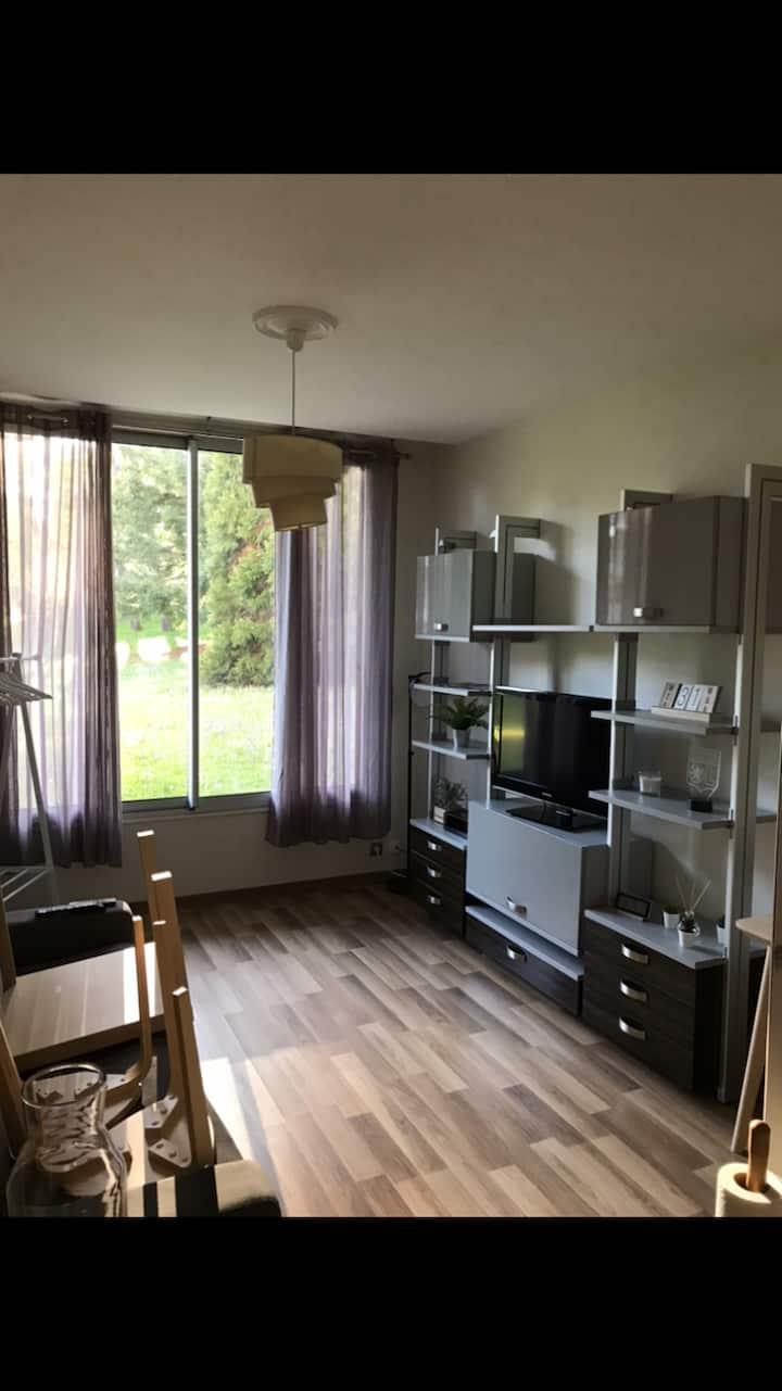 Charmant studio rénové et calme dans résidence
