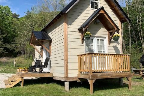 Rustic Retreat near RRG. New!!, Hot tub, WiFi.