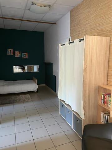 Lit simple avec armoire de rangement