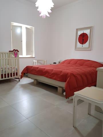 camera da letto matrimoniale con culla