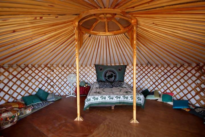 Interior de la Yurta con configuración de cama doble. Se puede poner otra cama individual y una cama extra en el selo si fuese necesario.