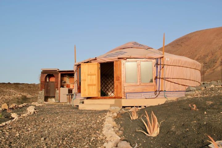 Yurta tradicional con vistas al mar y al amanecer
