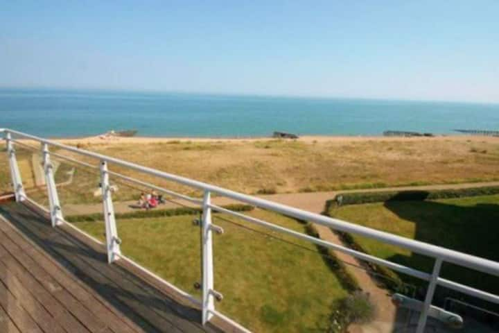 Sea facing 2 bed apartment with balcony & garage