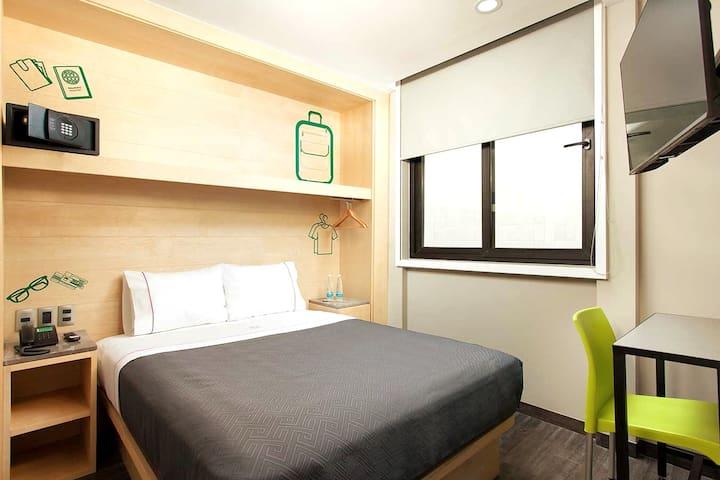 Nuestras habitaciones cuentan con cama Queen, pequeño guardarropa y una pequeña mesa para trabajar o disfrutar de tus alimento