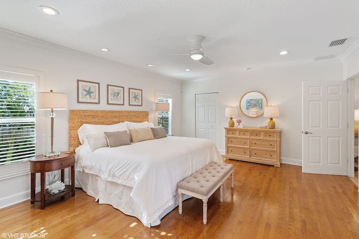 A Master bedroom fit for a king & queen! With a King bed, huge walk in closet, en-suite bathroom with jacuzzi and private outdoor screened in porch and outdoor lounge furniture.