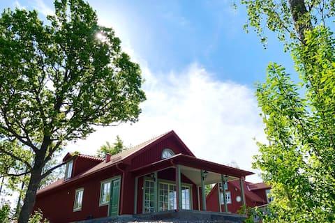 Nytt hus med traditionell stil, smakfullt inrett.
