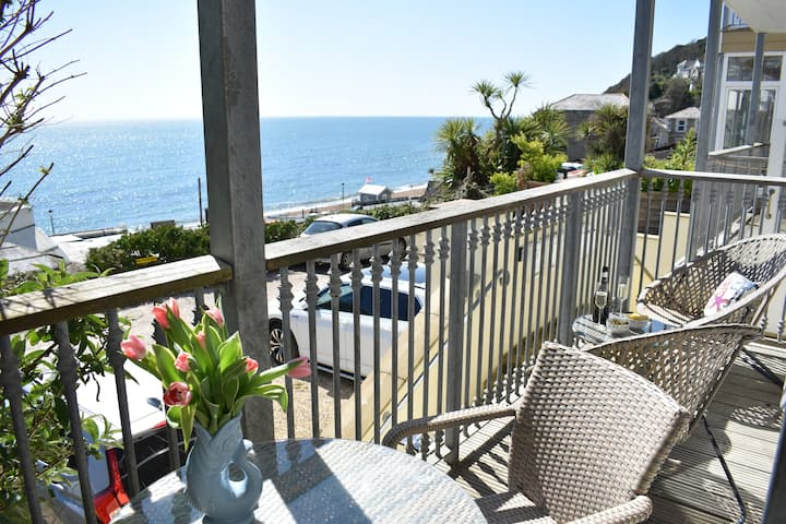 Two bed apartment with glorious sea view!