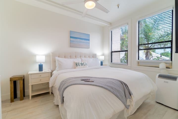 One Bedroom Island view condo, 380 square feet, couch, HD TV's, King Bed, Private Bath with Tub and Shower