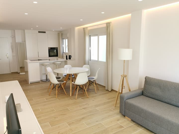 Bright 2 bedroom Golden Mile next to beach RDR225