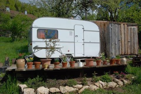 Caravane tout confort au milieu du jardin avec vue
