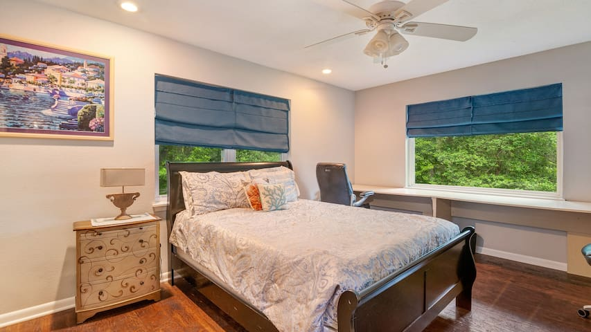 Enjoy the comfortable queen size bed in the guestroom! Lake Views!