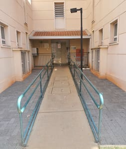 Logo na entrada do apartamento, possui rampa de acessibilidade. ♿  além que no estacionamento tem vaga para cadeirante.