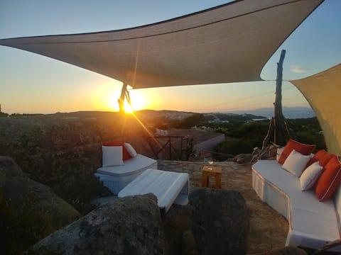un piccolo rifugio con terrazza panoramica