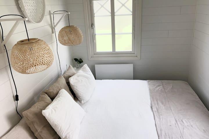 Separat sovrum med dubbelsäng.