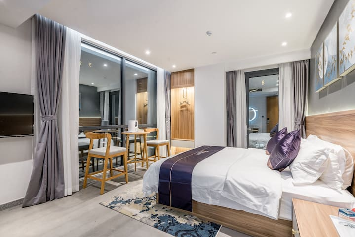 卧室1:海景大床房,高层落地窗,带阳台,配置一张1.8米大床,吧台凳,独立卫生间,洗漱用品标配