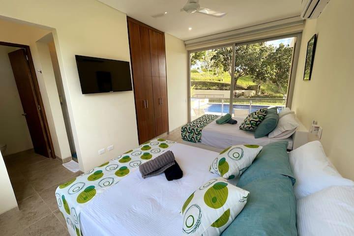 Alcoba #2, con dos camas dobles nuevos y comodos, TV, wifi, closet, bano, ventanas con blackout, A/C.