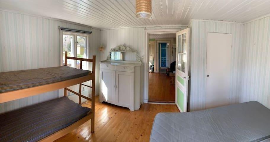 Sovrum med separata sängar och våningssäng
