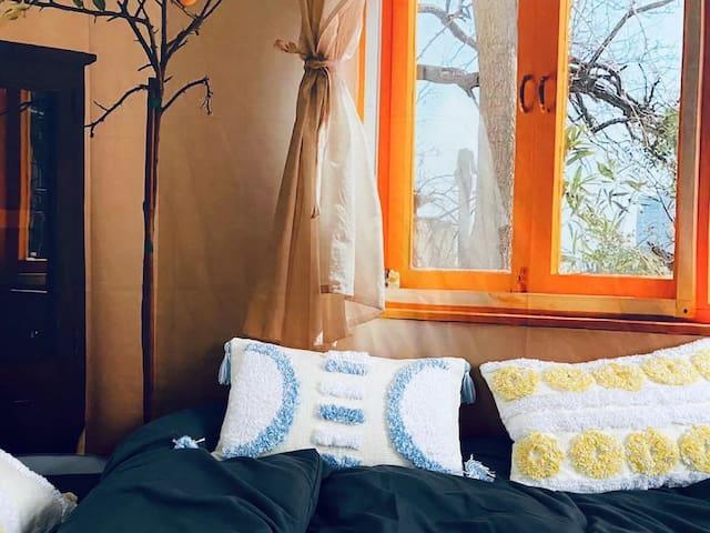 房间处于二楼自己独立一层,出房门左手就是洗手间。拥有相当好的私密性和空间感,夜里也不会受到打扰。
