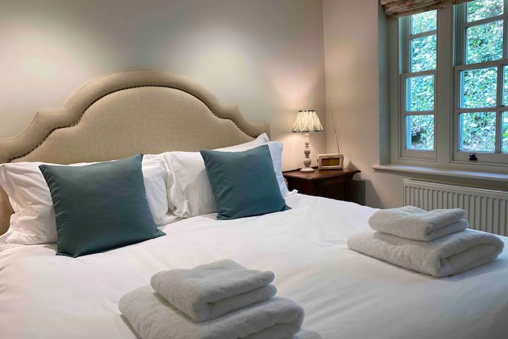 Main bedroom with luxurious superking Visprung bed