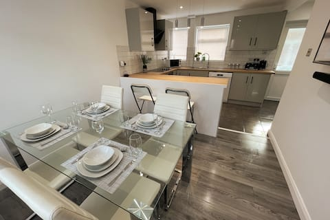 NEW Luxurious Modern Large 3 Bed House (10 Guests)