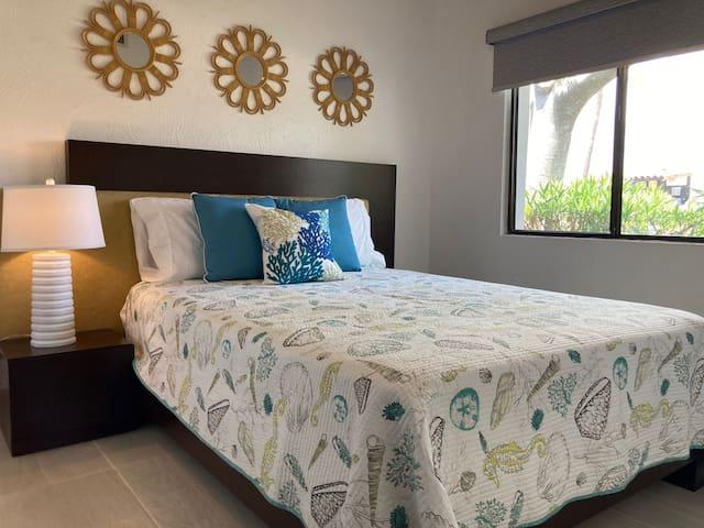 Guest bedroom with queen size bed   / Recámara de huéspedes con cama queen