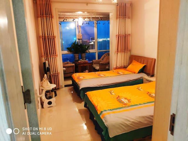 1.2×2米的两张单人床,房间内设有茶台,可以边喝茶边欣赏夜景