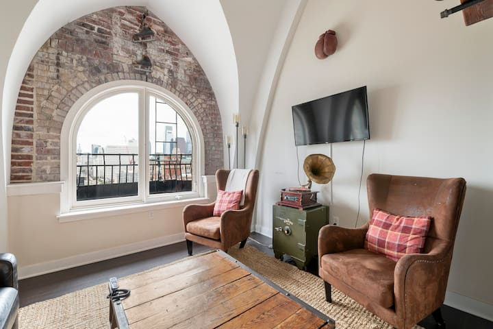 Stunning downtown Philly view from the arched windows! The lounge is comfortable with contemporary seating perfectly curated to help you enjoy the space to the fullest.  There's no balcony access via the apartments. They are purely decorative and ar