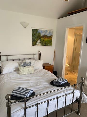 Double bed with en-suite off the bedroom